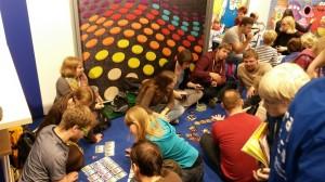 Spiel 2014: Kein Platz an einem Tisch gefunden? Der Boden tut es auch!