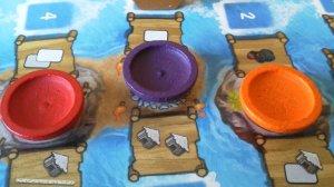 Durch das Setzen der Aktionsschalen auf die Inseln wählen die Spieler gleich zwei Aktionen