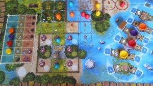 Übersicht über das Spielbrett: Unten der Pfahlplatz, rechts der Aktionsbereich und links die Amulettleiste