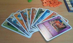 Einem Spieler stehen 10 Rollenkarten zur Verfügung, aus denen er pro Runde vier aussuchen muss