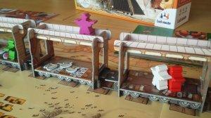 Bei Colt Express gibt es im Zug zwei Ebenen, auf denen sich die Spielfiguren bewegen können: das Dach und das Wageninnere