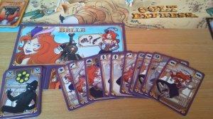 Bei Colt Express schlüpft jeder Spieler in die Rolle eines schurkenhaften Banditen, der die ehrbaren Reisenden um ihre Geldbörsen und ihren Schmuck erleichtern will