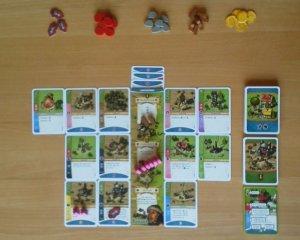 Jeder Spieler besitzt bei Imperial Settlers eine Völkerkarte, an die er weitere Karten anlegen kann
