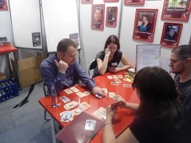 Am Stand von Pegasus steht das Spiel mit dem Autoren hoch im Kurs: hier Pi mal Pflaumen mit Matthias Cramer (links)