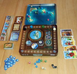 Die Piraten der 7 Weltmeere überzeugen zunächst einmal durch die Gestaltung: Die Rückseite der Metallbox dient als Spielplan, das Deckelinnere als Würfelarena