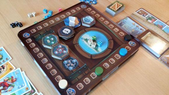 Ein kleines Ausgleichsfeature: Für je 10 Schatzkisten (Siegpunkte) muss ein Spieler ein Schiff zur Bewachung abstellen.
