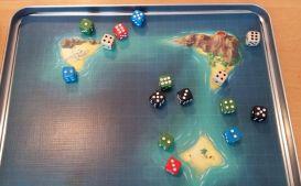 In der Seeschlacht kämpfen alle Piratenschiffe gegen die roten Würfel. Die höhere Zahl gewinn im direkten Vergleich, der Würfel mit der kleineren Augenzahl wird entfernt.
