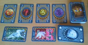 Die Auslage: Oben die Perlenkarten, unten die Charakterkarten