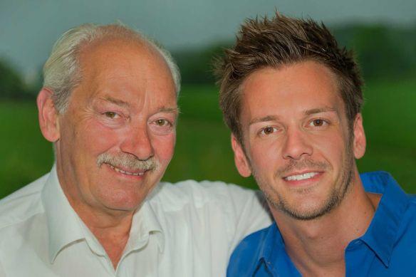 Klaus Teuber (links) und sein Sohn Benjamin haben mit Tumult Royal ihr gemeinsames Erstlingswerk auf der Spiel`15 in Essen vorgestellt
