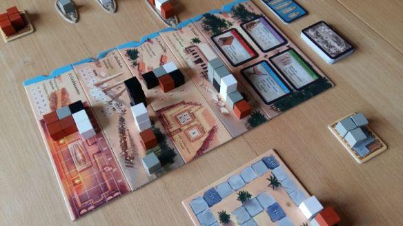 Bei Imhotep gibt es vier Schiffe und fünf Anlegemöglichkeiten: Vier Baustellen und den Marktplatz