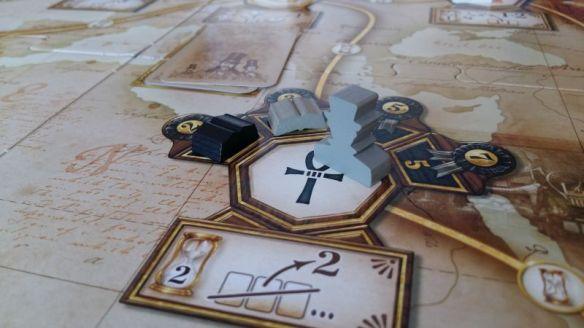 Die Spieler können an einem Legends-Ort wählen, ob sie die Kartenaktion oder die Buchaktion machen möchten