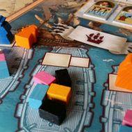 Sind beide Positionen an einem Schiff besetzt, kommt es zu einem Handel. Klein teilt auf, groß wählt zurst aus.