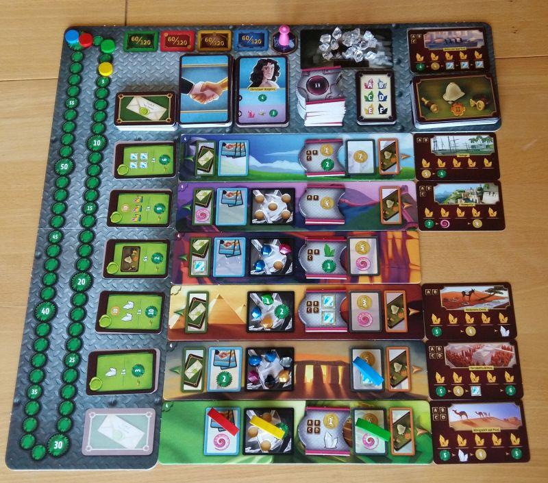 Das Steam-Time-Spielfeld: Kernstück des Kosmos-Spiels sind die sechs Monumente in der Mitte, auf denen die Spieler ihre Luftschiffe einsetzen können. Oben ist der Vorrat für spätere Runden, links die Siegpunkteleiste