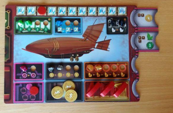 Jeder Spieler besitzt ein Luftschifftableau, in dem sechs Maschinen arbeiten. Je mehr Kristalle in den Maschinen, desto größer der Ertrag bzw. Bonus.