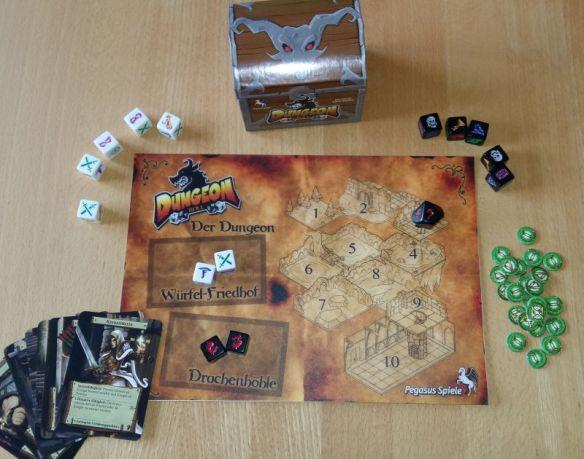 Dungeon Roll von Chris Darden ist ein einfaches Fantasy-Würfelspiel, das man am besten zu zweit spielt