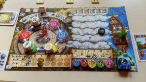 Das persönliche Spielerboard enthält diverse Elemente wie Orakel, Götterleiste, Schiffsausrüstung und vieles mehr