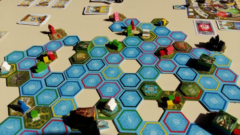 Der Spielplan von Delphi ist bewusst etwas löchrig. Die Untiefen können aber mit einer Spezialfähigkeit überfahren werden.