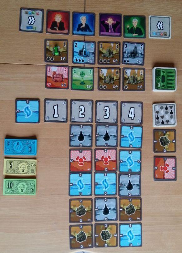 Spielaufbau für vier Spieler. Oben der Kraftwerksmarkt, unter der Rohstoffmarkt. Die Ziffern 1 bis 4 sind die Kosten für den Rohstoffmarkt