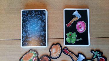 Vom Nachziehstapel werden reihum Karten aufgedeckt. Erscheint ein Gegenstand zum zweiten Mal, heißt es zupacken.