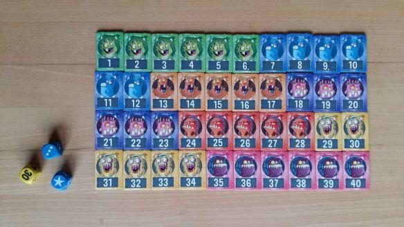 Zum Start liegen alle Monster in der Tischmitte. Im Laufe des Spiels wandern sie von Spieler zu Spieler.