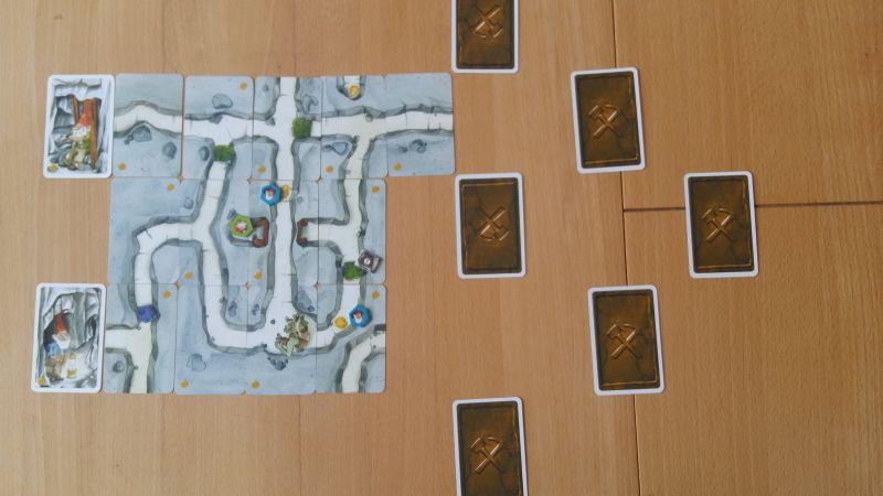 Bei Saboteur - Das Duell versuchen beide Spieler die Goldschätze des Berges zu erreichen. Nicht ohne sich dabei ein paar Steine in den Weg zu legen.