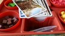 Einziger Wermutstropfen: Das Fach für die Karten ist nicht tief genug. Ordnungsfanatiker besorgen sich besser einen Gummi.