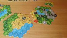 Der Spielplan ist modular aufgebaut, sodass viele Varianten in unterschiedlichen Schwierigkeitsgraden realisiert werden können