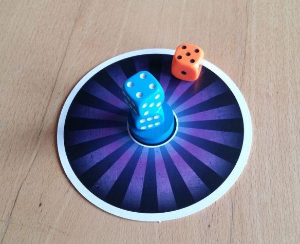 Erfolgreicher Scheibenklau: Ein Spieler hat die Scheibe eines Gegners angegriffen und erhält sofort die Scheibe. Sie bringt am Rundenende 1 Siegpunkt.