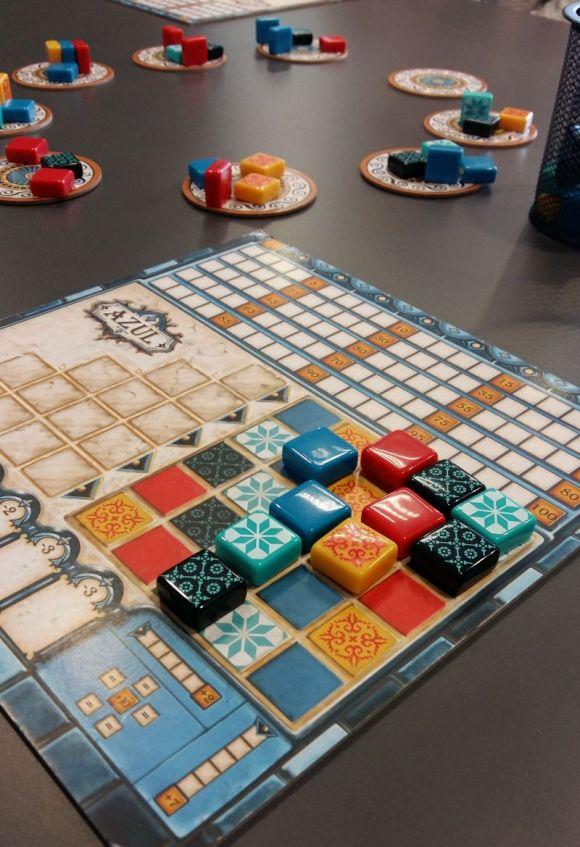 Im Laufe des Spiels füllt sich das Mosaik. Hinzugefügte Steine geben je nach Position Siegpunkte. Der gelbe Stein in der zweiten Reihe bringt 9 Siegpunkte (5+4)