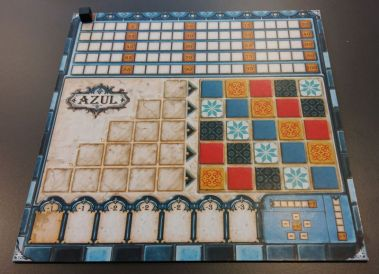 Das Tableau von Azul: Steine werden in den Reihen links angelegt. Ist eine Reihe voll, darf man einen der Steine rechts platzieren.