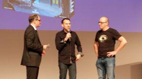 Gern gesehen auf der Messe: Krimiautor Sebastian Fitzek (Mitte), der sein Spiel Safehouse zusammen mit Marco Teubner (rechts) vorstellte