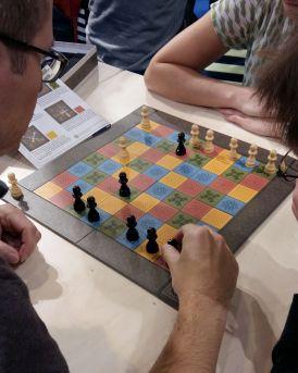 Katarenga ist ein Zweierspiel, bei dem man sich das Gehirn verbiegen kann. Schachspieler wird es freuen.