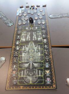 Der Spielplan stellt ein großes Raumdock dar, das vor allem für die erste Hälfte des Spiels benötigt wird