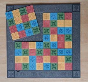 Das Katarenga-Spielfeld lässt sich variabel zusammensetzen, dadurch ergeben sich immer wieder neue Spielsituationen