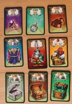 Im Spiel gibt es eine Reihe von Schatzkarten, die es zu ergattern gilt. Oben: Schätze, Mitte: Gewand, Scherge, Almosen, unten: Schatztruhen