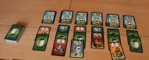 Jeder Spieler legt drei Karten bei Chickwood Forest an die Schlösser an. Danach sucht sich jeder Spieler einen Stapel aus.