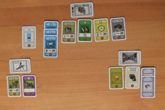 Im Kartenspiel sieht die Anmutung etwas anders aus, die Spielelemente sind aber dennoch vorhanden