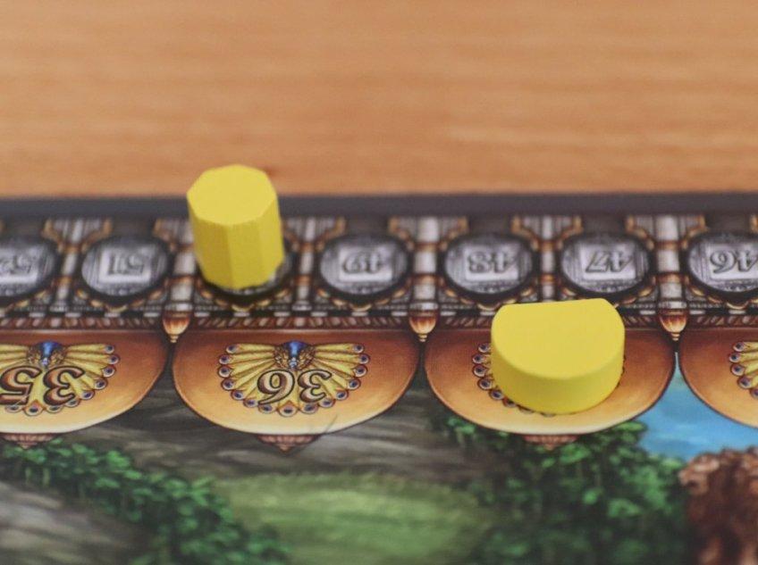 Ziehen die beiden Siegpunktemarker eines Spielers aneinander vorbei, ist das Spielende eingeläutet