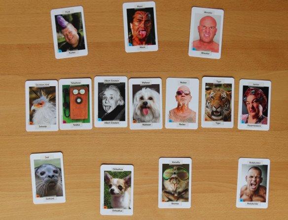 Typische Spielsituation bei Facecards: Welche der außenliegenden Karten gehört zu welcher Karte in der Tischmitte? Was einfach klingt ist aber gar nicht so einfach.