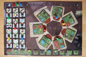 Auf dem Spielplan befinden sich die 7 Baufelder und die Wertungskarten